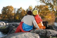 Accoppi dei campeggiatori in sacchi a pelo fotografia stock libera da diritti