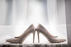 Accoppi dell'le scarpe bianche, trovandosi sul davanzale fotografie stock libere da diritti