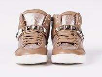 Accoppi delle scarpe su fondo grigio fotografie stock libere da diritti