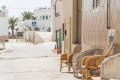 Accoppi delle sedie sulla via di Morro Jable, Fuerteventura fotografia stock libera da diritti