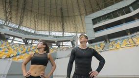 Accoppi di dare degli atleti alto--Cinque video d archivio