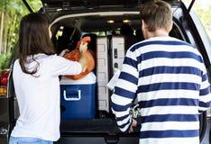 Accoppi i bagagli di caricamento in un'automobile fotografie stock libere da diritti