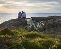 Accoppi il giro della bicicletta all'oceano immagini stock libere da diritti