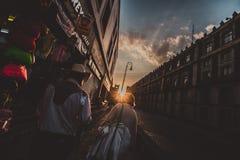Accoppi il vecchio incrocio la via durante il tramonto Immagini Stock