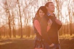 Accoppi insieme il giovane e la ragazza sulla natura Fotografia Stock
