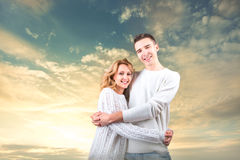 Accoppi l'abbraccio e la tenuta dell'uno un altro sotto il cielo soleggiato Immagine Stock Libera da Diritti