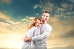 Accoppi l'abbraccio e la tenuta dell'uno un altro sotto il cielo soleggiato Fotografia Stock Libera da Diritti