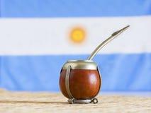 Accoppi, accoppi l'erba mate dell'erba con la bandiera dell'Argentina nei precedenti fotografie stock libere da diritti