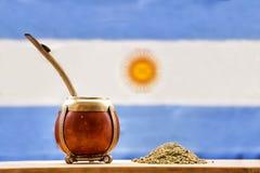 Accoppi, accoppi l'erba mate dell'erba con la bandiera dell'Argentina nel BAC fotografie stock libere da diritti