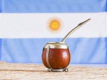 Accoppi, accoppi l'erba mate dell'erba con la bandiera dell'Argentina nel BAC fotografia stock
