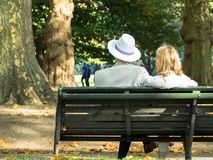 Accoppi nel parco 01 Fotografia Stock