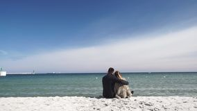 Accoppi nell'amore che esegue il gioco sulla spiaggia al giorno freddo archivi video