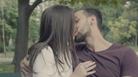 Accoppi su un baciare del banco archivi video