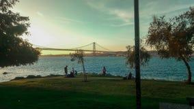 Accoppi sul riverbeach al tramonto fotografia stock