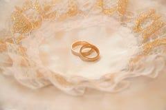 Accoppiamenti degli anelli di cerimonia nuziale dell'oro Fotografia Stock