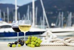 Accoppiamenti dei bicchieri di vino Fotografie Stock Libere da Diritti