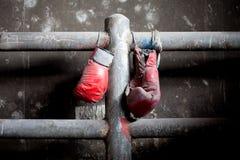Accoppiamenti dei guanti di inscatolamento vecchi e stracciati Immagine Stock