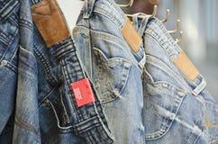 Accoppiamenti dei jeans all'interno di un negozio Immagini Stock