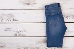 Accoppiamenti dei jeans piegati Fotografia Stock