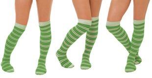 Accoppiamenti dei piedini delle donne in calzini verdi Fotografia Stock