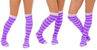 Accoppiamenti dei piedini delle donne in calzini viola Fotografie Stock