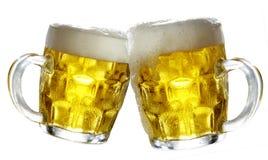 Accoppiamenti dei vetri di birra che producono un pane tostato. Fotografia Stock Libera da Diritti