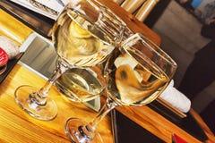 Accoppiamenti dei vetri di vino bianco Immagine Stock