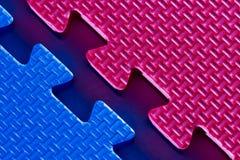 Accoppiamento del puzzle rosso e blu. Immagini Stock