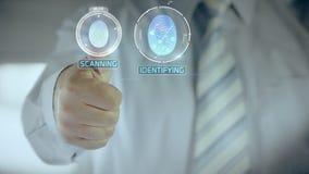 Accordé et homme d'affaires passant la vérification biométrique avec le scanner d'empreinte digitale clips vidéos
