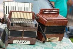 Accordéon de vintage un instrument de musique portatif avec le roseau en métal photos stock