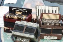 Accordéon de vintage un instrument de musique portatif avec le roseau en métal images stock