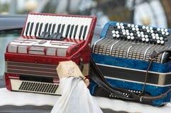 Accordéon de vintage un instrument de musique portatif avec le roseau en métal photographie stock