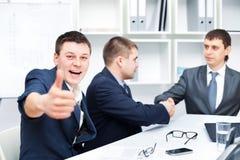 Accord d'affaires parmi des hommes d'affaires Images libres de droits
