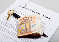 Accord de construction avec les notes principales et euro Image stock
