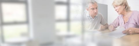 Accord de papier de signature de personnes plus âgées avec la transition de fenêtre Photographie stock