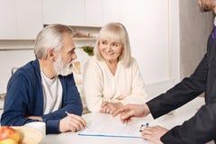 Accord de signature de couples pluss âgé avec plaisir à la maison Photos libres de droits
