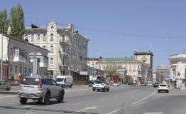 Accorder la voiture de voyage de pont de Voroshilovsky sur la perspective Voroshilo photographie stock libre de droits