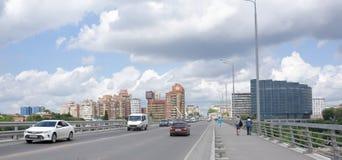 Accorder les voitures et les piétons mobiles de pont de Voroshilovsky photographie stock