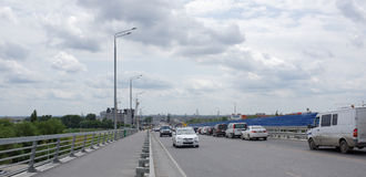 Accorder les voitures et les piétons mobiles de pont de Voroshilovsky image stock