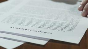 Accordo di acquisto di firma dell'uomo d'affari, tempo di misurazione dell'orologio della sabbia, primo piano video d archivio