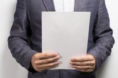 Accordo di contratto legale leggente dell'avvocato immagini stock libere da diritti