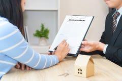 Accordo e donna di contratto di prestito immobiliare di offerte dell'uomo d'affari pronti Fotografie Stock Libere da Diritti
