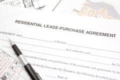 Accordo residenziale di acquisto o del contratto d'affitto Fotografie Stock Libere da Diritti