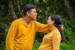 Accouchement attendant l'excitation, portrait de maternité de concept de couples sur le fond naturel image libre de droits