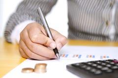 Accountant die berekening doen Stock Afbeelding
