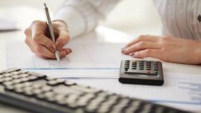 Accountant die berekeningen maken en nota's nemen stock footage
