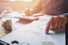 accountant die in bureau werken die boekhouding en geld controleren Conc royalty-vrije stock fotografie