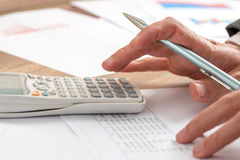 Accountant die een berekening doen Stock Foto