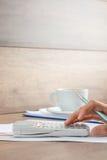Accountant die een berekening doen Royalty-vrije Stock Afbeelding