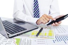 Accountant die een calculator gebruiken Stock Afbeeldingen